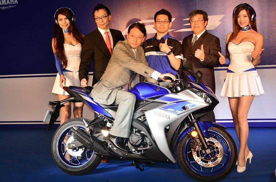 有別於TMAX 530的休閒風,Yamaha特別引進運動取向的R3,並且以平民化...
