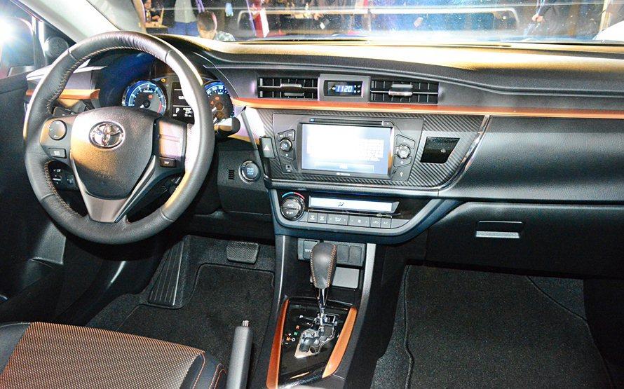 Toyota X內裝在黑色調性中融入時尚感強烈的熾焰橘色調,來妝點車室,對比性超...