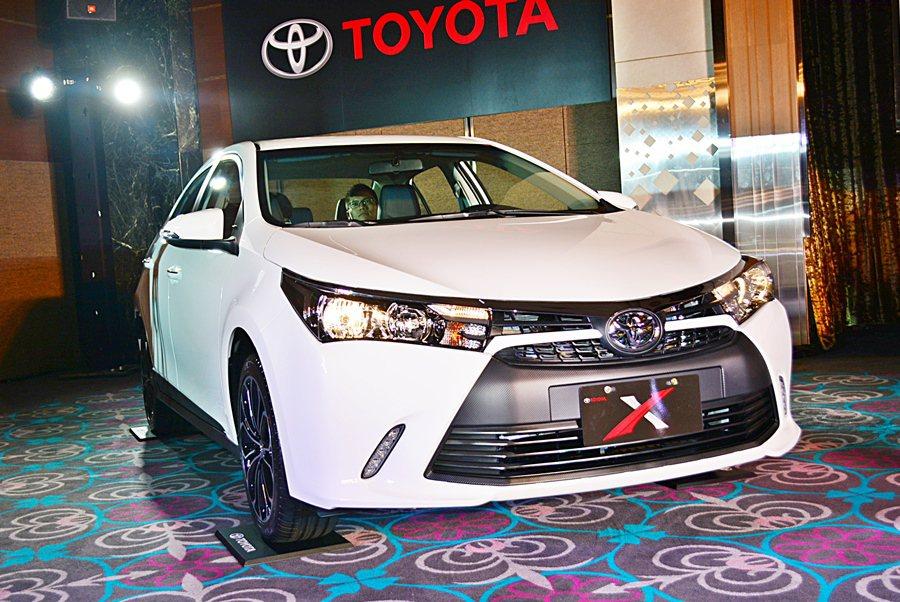 而Toyota X三個車型各有3種年輕化的車色可供選擇,包括雲河灰、雪貂白和炫魅...