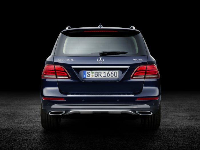 車尾造型變化較小,僅於尾燈內部導入全新LED導光條,以及全新後保桿等設計。 M....