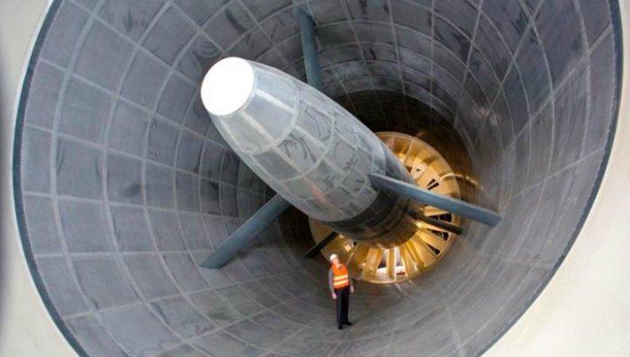 一座直徑達8公尺、可吹出300公里/時風速的巨型風扇送風,並十分考究氣流經過底盤下方的路徑,再以高感度聲測儀器來統計車身各部位的噪音,供工程師進行修正。 Porsche提供