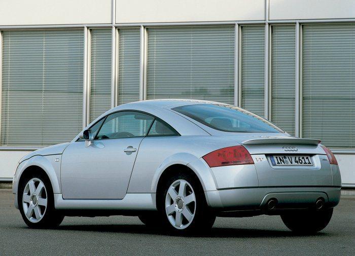 一代Audi TT的造型極為圓弧流線,但卻曾發生多起高速翻車意外,因此後來多出這片小尾翼。 Audi提供