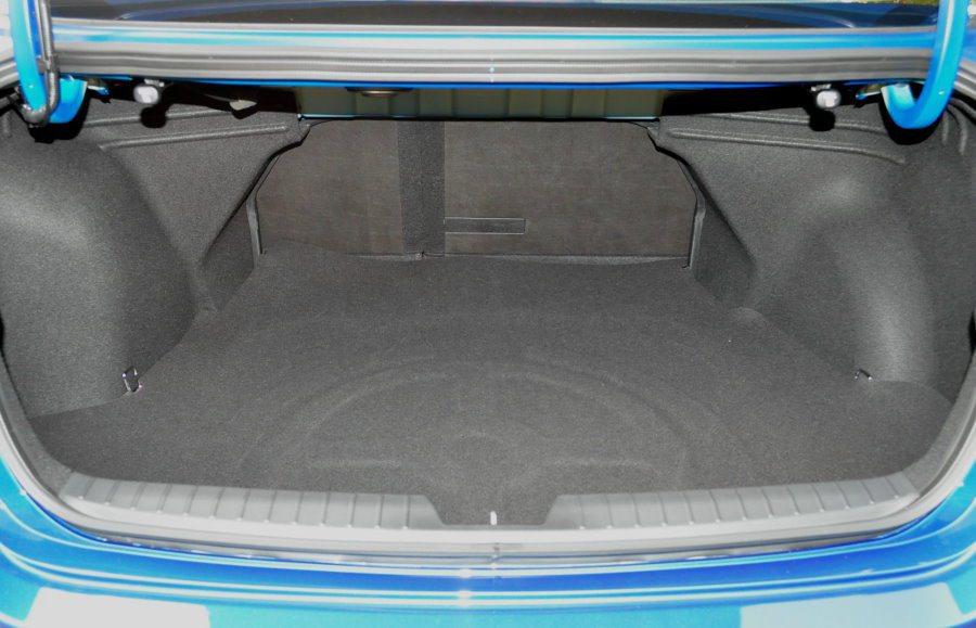 後行李廂空間不算大,受限輪軸影響方正,但後座椅可6:4分哩,增加實用性。 記者許信文/攝影