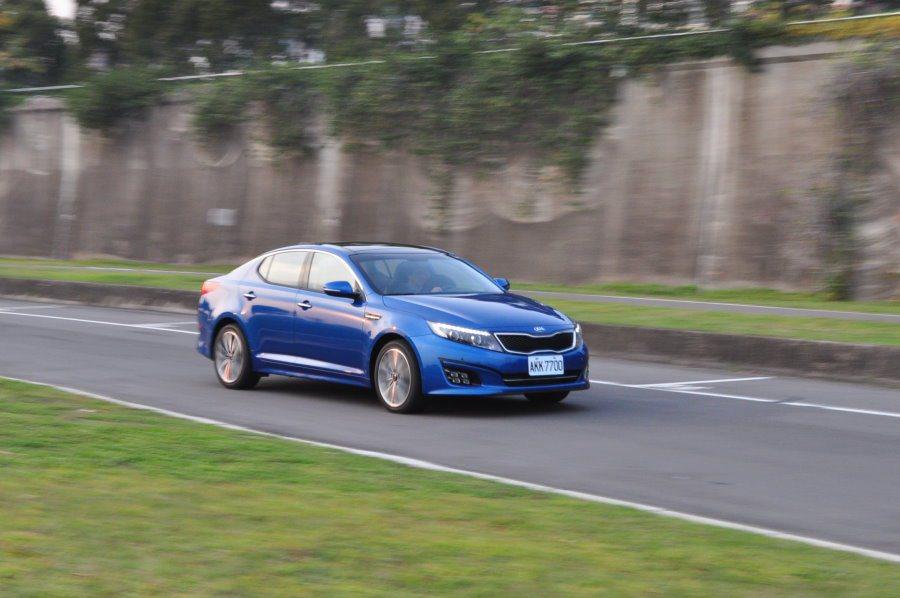 Optima仍維持一貫Kia動力風格表現,平順中帶著後勁的輸出力道,讓加速表現成為了絕大多數駕駛可以輕易上手的好夥伴。 記者許信文/攝影