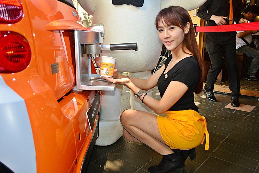 smart fortwo車尾會製造出真正拿鐵咖啡。 記者趙惠群/攝影