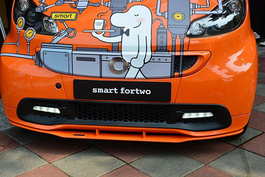 smart fortwo咖啡機有Cama都會元素的塗裝彩繪。 記者趙惠群/攝影
