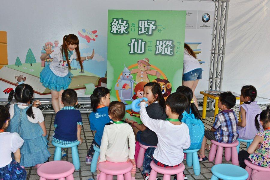 童話情境中,藉遊戲傳輸小朋友交通安全觀念。 記者趙惠群/攝影