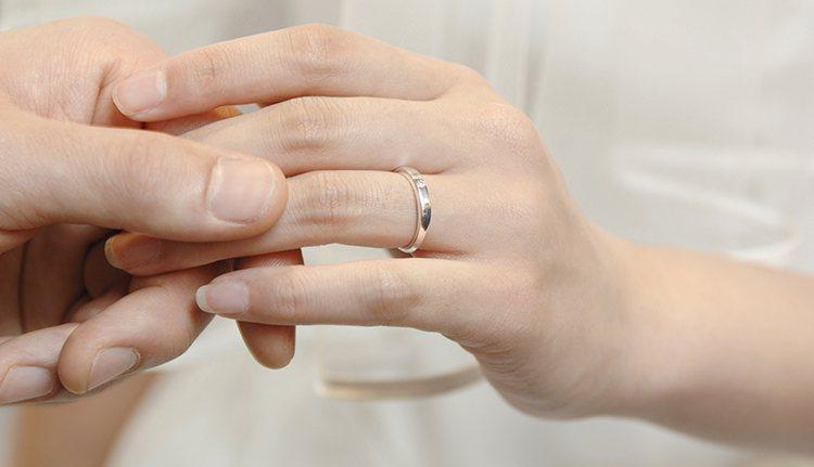 婚姻是憑藉自己的勇氣和努力,用雙手為兩人創造幸福,而不是讓別人給她幸福;婚姻是在...