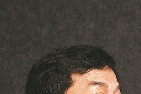 成龍昨度過61歲生日,他的自傳「成龍:還沒長大就老了」也選在同一天上市。成龍選在大陸清華大學舉辦新書發表會,吸引大批年輕學生圍著他拍照,好心情的成龍不忘自嘲,「我一個50後小學生對話這麼多90後大學...