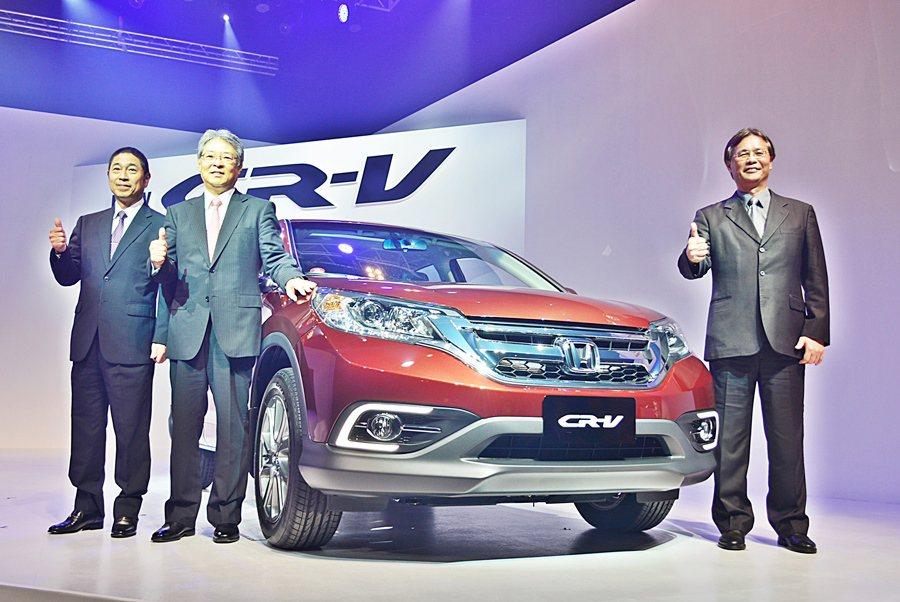台灣本田汽車新任董事長小林久夫主持(左2)新車發表,特別表示此次改款特別加強「買...