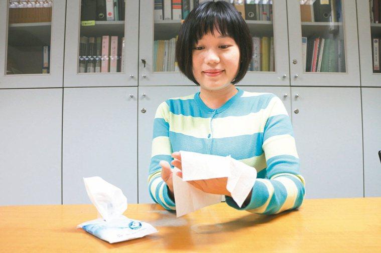 民眾為省水改用濕紙巾擦手,新北市衛生局表示,清潔效果仍不如洗手。 記者呂思逸/攝...