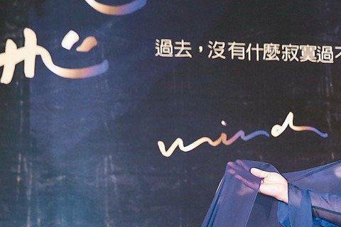 家家5月30日將在台北國際會議中心舉辦首次個人演唱會,海報請來蕭青陽操刀,昨記者會上他現身為家家站台,不過卻扯出曾在家家閨房過夜的秘密,羞得家家驚呼:「我怎麼都不知道!」他為她設計的舞台意象是台灣藍...