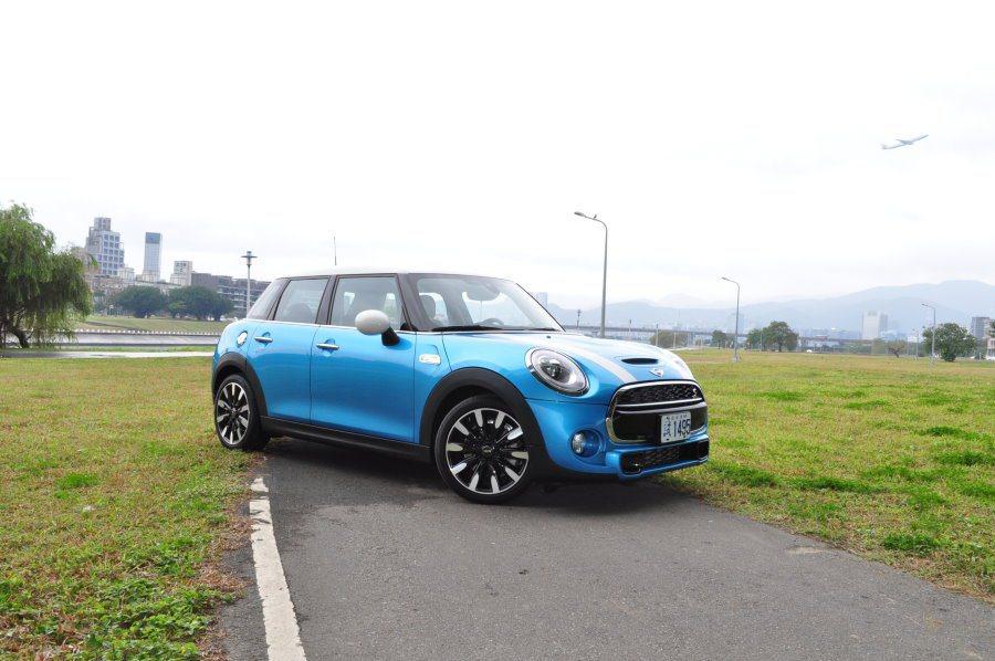 2014年首度問世的Mini五門版車型。 記者許信文/攝影