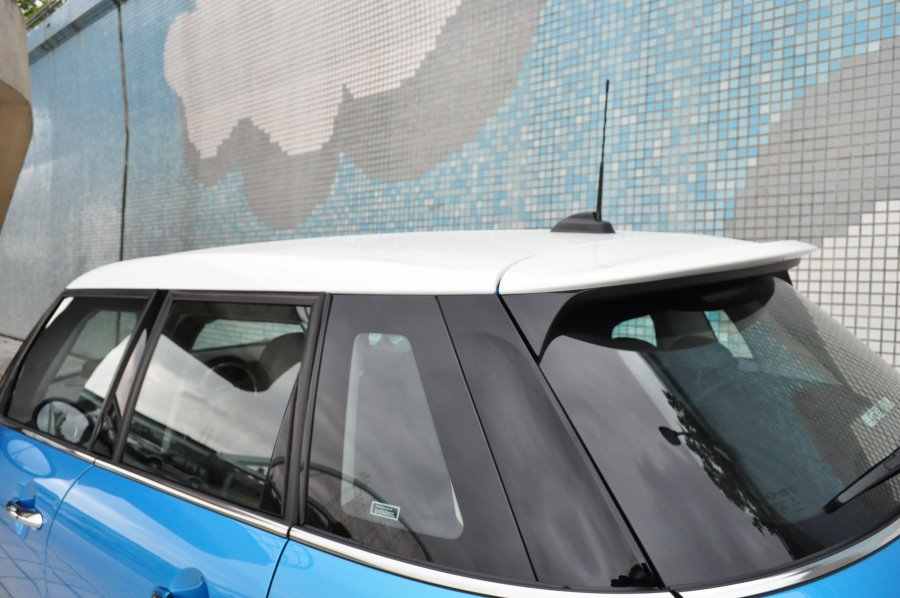 亮黑烤漆車柱營造懸浮車頂,車尾翼署標準配備。 記者許信文/攝影