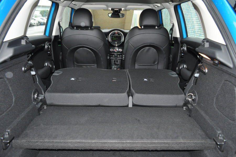 後座前倒的行李廂空間941公升,比其他車型更佳。 記者許信文/攝影
