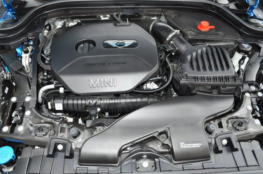動力搭載剛成為家族性能招牌的2.0升渦輪增壓汽油引擎,192ps/4700-6000rpm最大馬力與28.6kgm/1250rpm最大扭力,不算驚艷強悍數據。 記者許信文/攝影