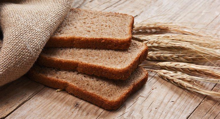 日常應多吃穀物,包括全麥粉、燕麥、糙米、大麥、玉米、蕎麥和小米等。 圖/ingi...