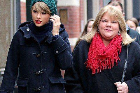 美國小天后泰勒絲(Taylor Swift)今天在tumblr上與大家分享了一個消息,就她母親罹癌的事情。她談到去年聖誕節時就希望母親可以去醫院檢查身體,如今她知道檢查結果是媽媽罹患癌症,讓她感到很...