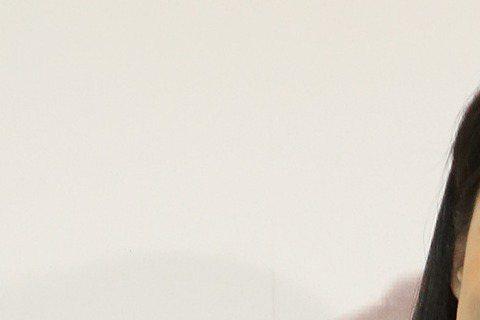 林可彤下午在誠品書店敦南店舉辦「最後一名的勇敢」新書簽名會,而她暢銷作家的封號果然名不虛傳,新書3月底開始預購,短短十天的時間就預購超過萬本,出版社只好緊急請求印刷廠連夜趕工加印,避免接著簽書會和宣...