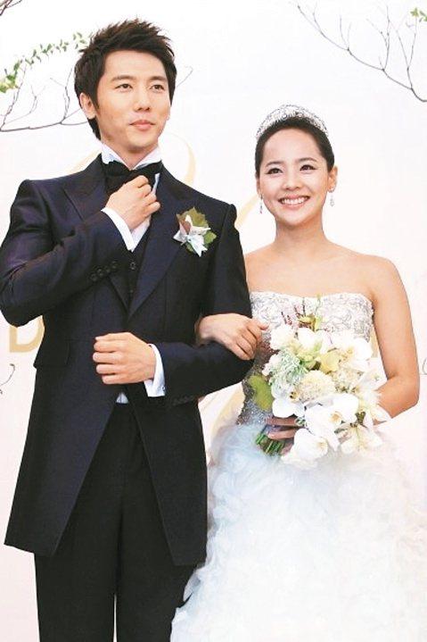 南韓銀色夫妻柳真與奇太映也升格為父母,據南韓媒體報導,柳真上周於關島產下一女,奇太映也陪伴身旁,兩人都表示當了父母後超幸福。