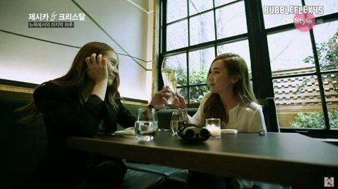 Jessica與Krystal這對韓流超人氣姊妹花感情深厚,前天Jessica與韓國粉絲們提早慶祝生日,妹妹Krystal也為姊姊獻上祝福,當中Jessica讀到了妹妹Krystal寫給她的信,信中...