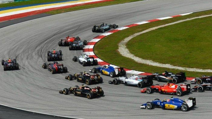 起跑後的第一彎看似寬闊,但彎道曲率大,各家車手都放慢車速未發生碰撞。亦可看出Ve...
