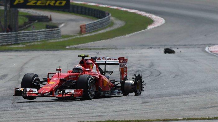 但急欲提升排名而頻頻超車的Raikkonen在經過幾個彎道後,被索伯車手Nasr...