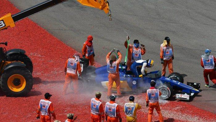 索伯車手Ericsson在第二圈發生打滑陷入碎石區中而動彈不得,為了避免重蹈覆轍...