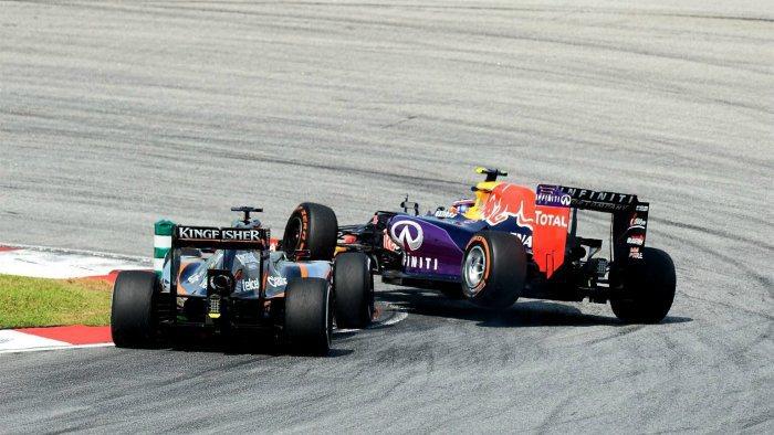 本站另一起事故是紅牛車手Kvyat超車過於躁進,印度威力車手Hulkenberg...