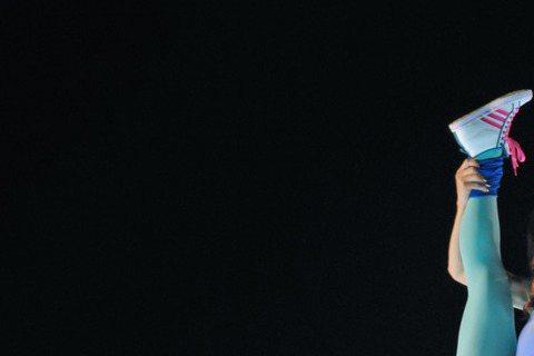 大嘴巴相隔3年的新專輯「有事嗎?」首發新歌「FUNKY那個女孩」,找來藍心湄跨刀合唱、合拍MV,濃妝搖滾女王「態度」強大。藍心湄則表示:「約莫50歲還可以和這麼年輕的大嘴巴合作,享受他們的精華及細胞...