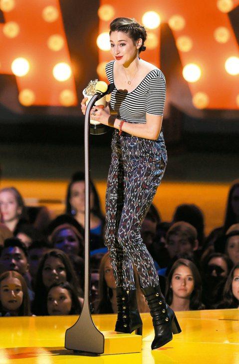 反映年輕觀眾口味的MTV電影大獎,今年度最大贏家莫過於當紅搶手的雪琳伍德莉,早先已宣布她是「獨領風騷獎」得主,頒獎典禮上再以「生命中的美好缺憾」奪下最佳女主角與最佳接吻雙獎,不過她發表得獎感言時一度...