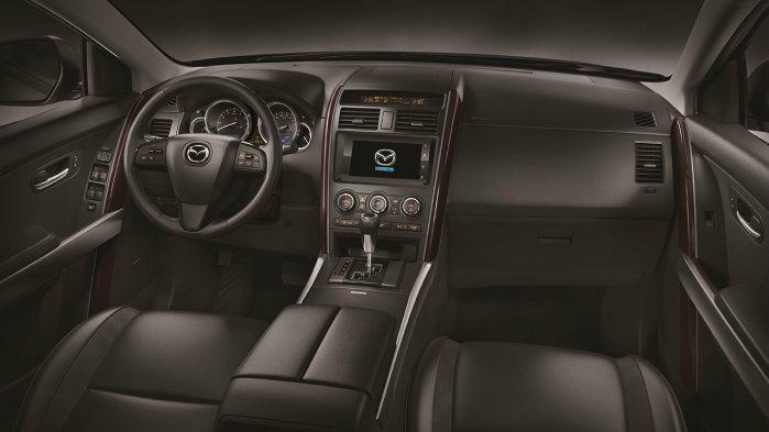 內裝採黑色搭配酒紅色木紋飾板,呈現尊貴豪華風。 Mazda提供