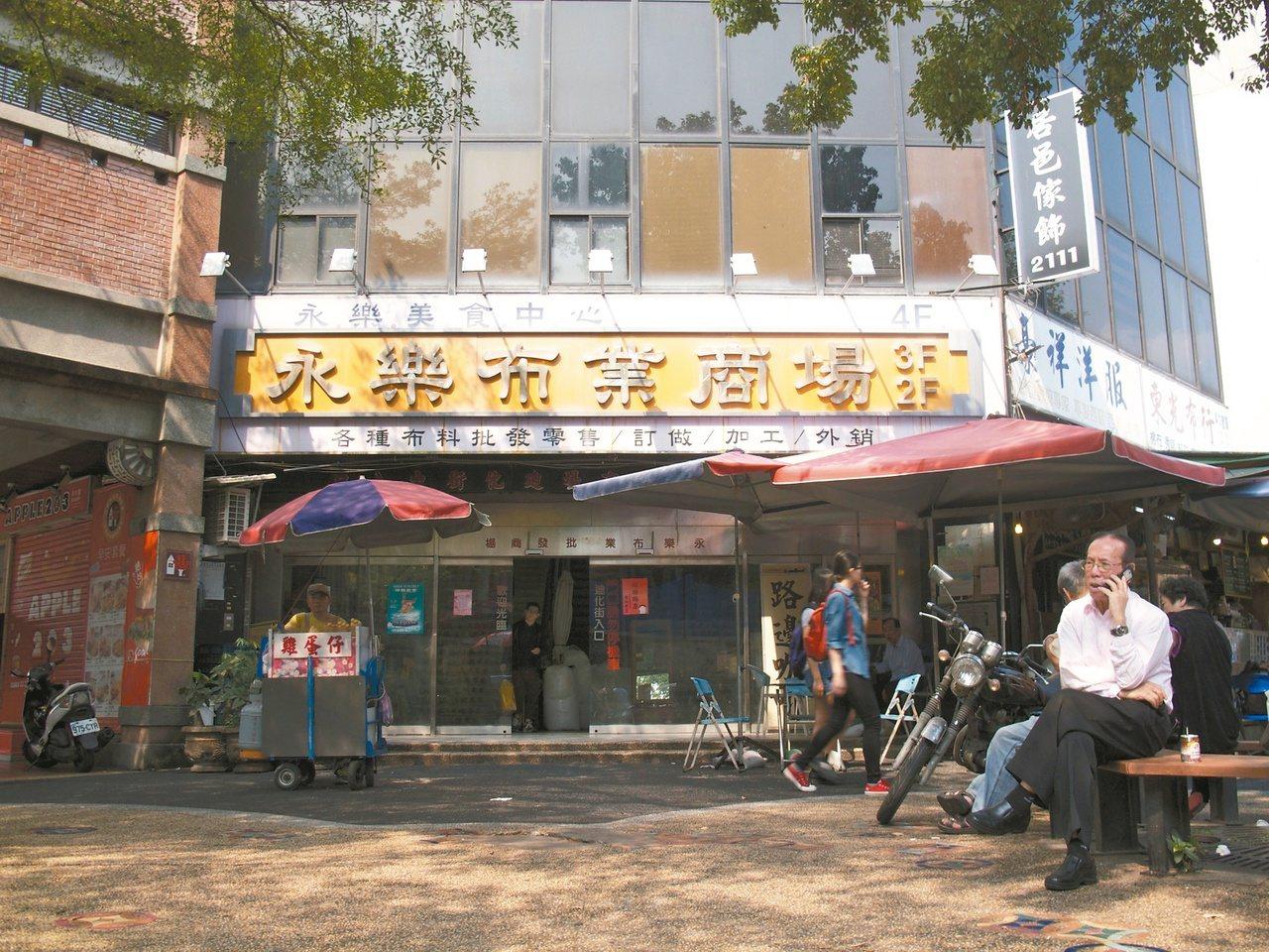 大稻埕內的永樂市場,吸引許多民眾假日來買布。 記者郭逸君/攝影
