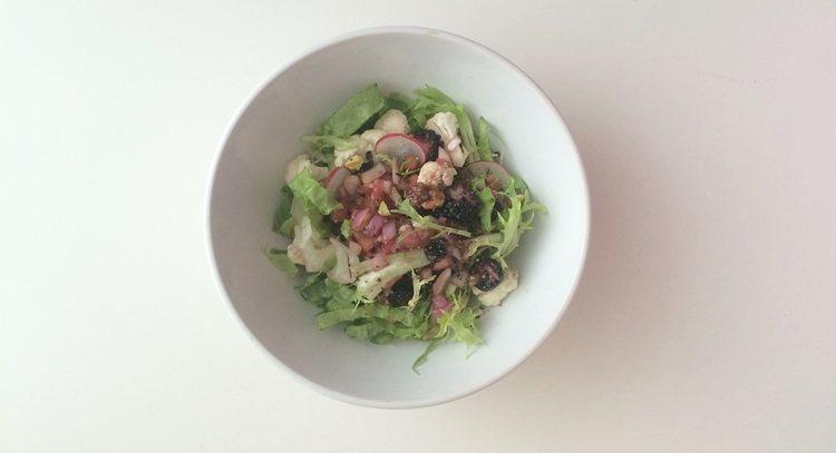 桑葚堅果花椰菜沙拉完成圖。 圖片來源/鄭人安