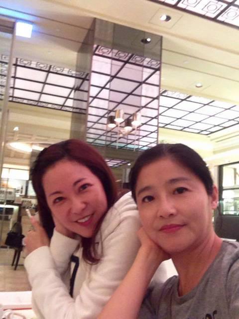 台灣第一個少女組合團體「城市少女」,當年在台灣紅極一時,如今過了30年,黃雅珉在臉書上貼出與昔日伙伴況明潔聚會的合照,讓網友直呼太懷念了!想要兩人合體復出辦演唱會。更有網友誇讚:「我女兒說妳們倆都沒...