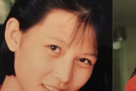 在《後宮甄嬛傳》演出皇后的香港女星蔡少芬早前曾被質疑整形,昨天她在微博分享了一組照片,並寫道:「一張是我13歲時拍的照片,一張是我19、20時!我感到。。沒分別!只是畫了眉毛加了長髮」,誠如皇后所言...