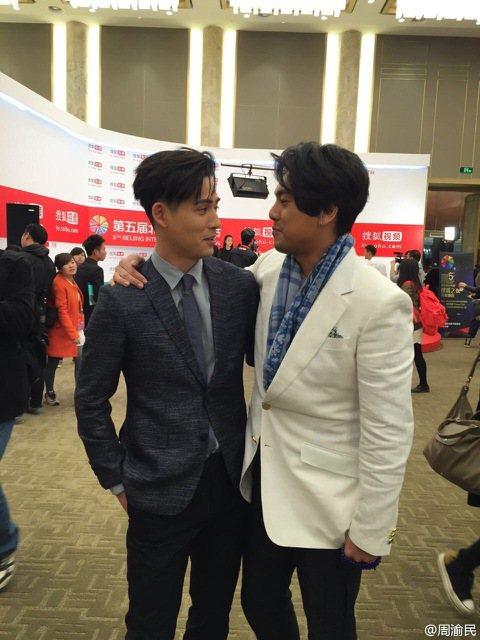 第五屆北京國際電影節,有不少台灣演員壓境,周渝民當在微博搞笑說:「孝天我到了…噢不!大家我到了!」隨後放出與好兄弟朱孝天貼耳聊天,像是要親親的照片,被粉絲虧說「在一起好了」。