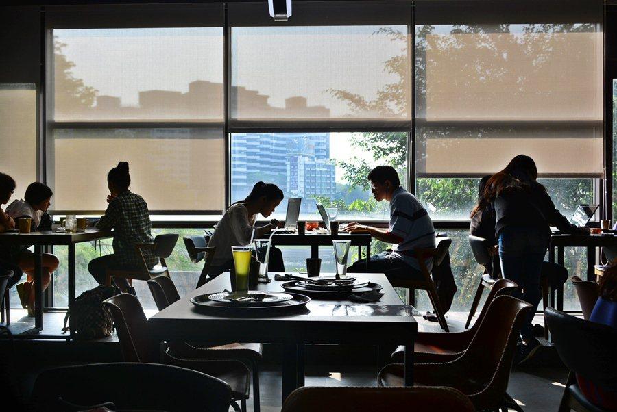 「漫思茶」典故是自出宋人蘇東坡的「日高人渴漫思茶」。店名很中國,店內陳設則是很西方。 記者趙惠群/攝影