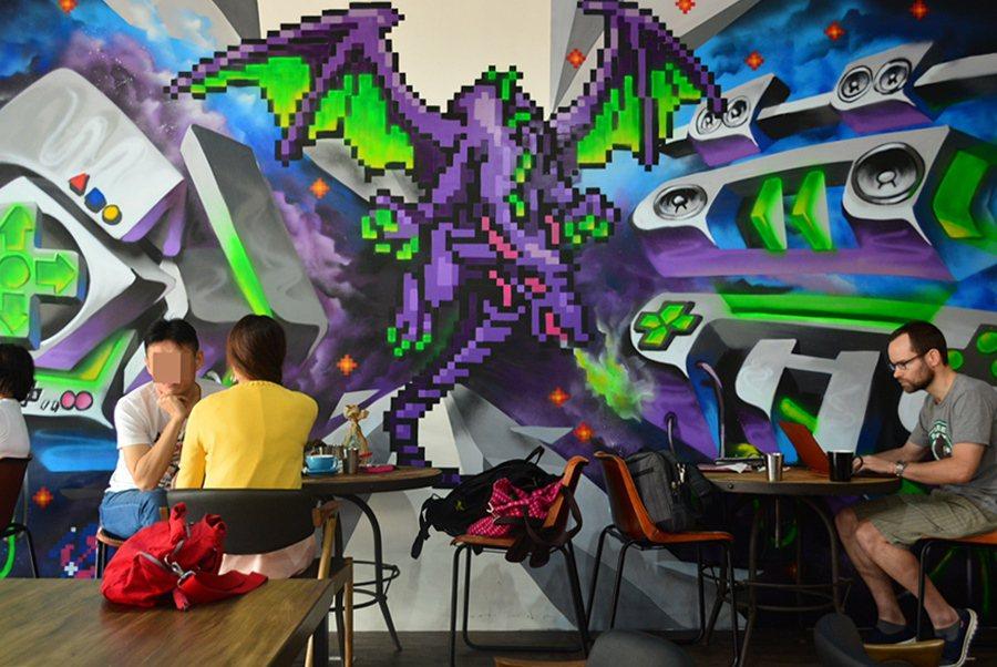 漫思茶的一面牆,似取材自XBOX360。 記者趙惠群/攝影