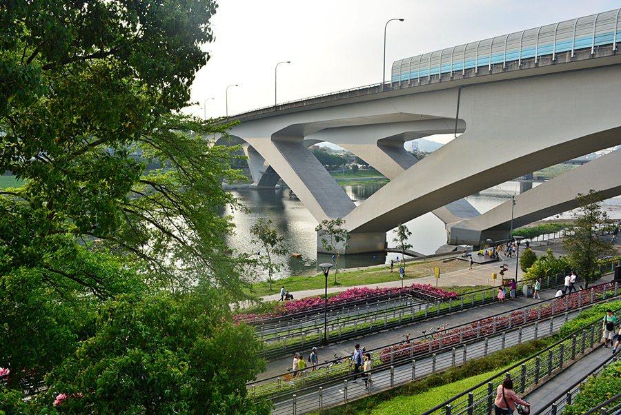 漫思茶窗外的二高高架橋與新店溪水。 記者趙惠群/攝影
