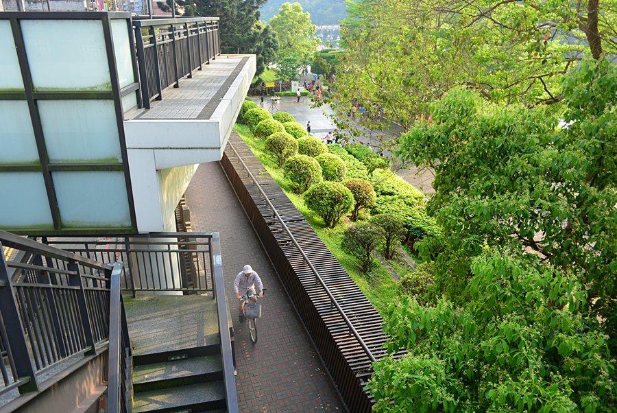 從漫思茶館外露台階梯走下去,可接到新店溪畔的步道,穿梭在人群中,沿河走到碧潭吊橋越過新店溪。 記者趙惠群/攝影