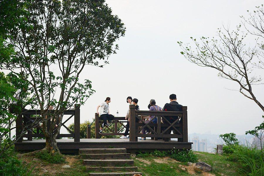 和美山頂的展望台可一覽四周市容與山景。 記者趙惠群/攝影