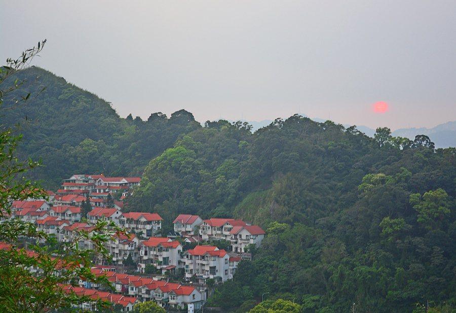 山頂左方可欣賞小獅山的落日。 記者趙惠群/攝影