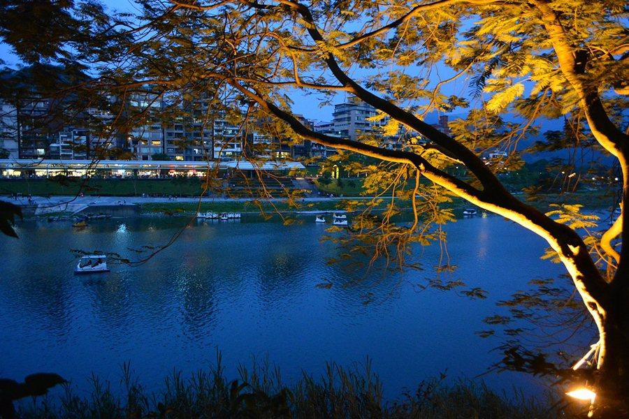 藍線步道臨河處,夜裡有光影秀。