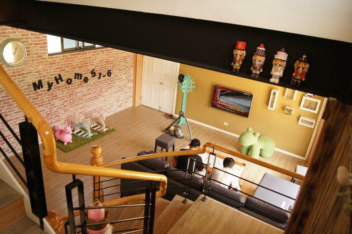 客廳設有沙發、電視,以及一旁搖搖馬可供小孩玩耍。 記者林翊民/攝影