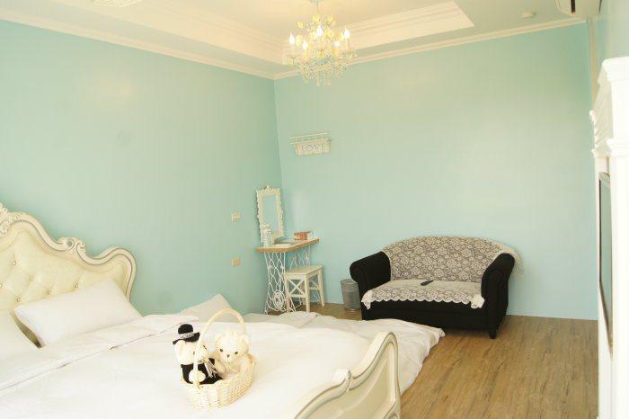 求婚(Tiffany)雙人房,彩粉色系漆面塗裝,呈現浪漫風味。 記者林翊民/攝影