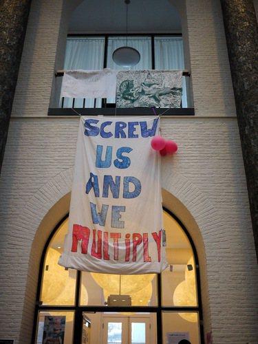 「打擊我們,我們會倍數增加」標語貼在Maagdhuis的大廳,宣示學生不達目的絕不罷休的決心。 攝影/陳宛萱