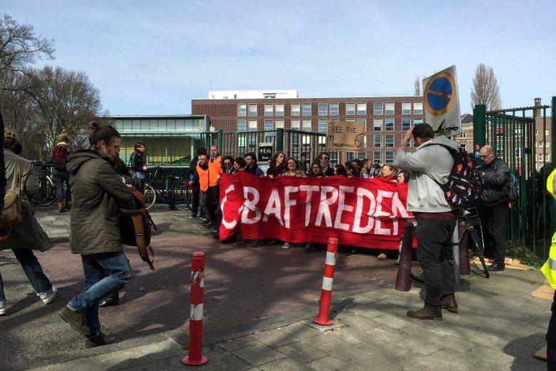 警方強制驅離後有六名學生被捕,至今尚未獲釋,引來更多同情學生的關切之聲,在13日的遊行有近萬人參加。 攝影/陳宛萱