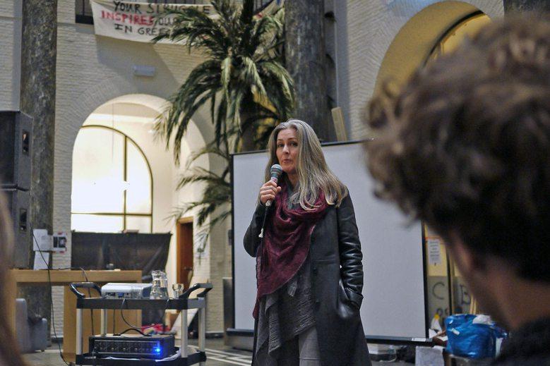 被學生佔領的Maagdhuis每天都不同的表演與學術活動,圖為鼓吹生態滅絕罪刑化的知名英國生態運動人士Polly Higgins到場為學生加油打氣,並發表關於生態滅絕的演說。 攝影/陳宛萱