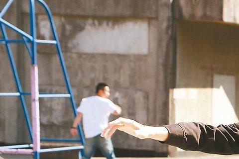 吳亞馨去年接下「一代新兵之八極少年」飾演女軍官,該戲原預定在中視播出,沒想到延宕多月,轉而在華視「重生」,將於5月份播出,戲中吳亞馨收起性感女神形象,化身女打仔,一天長達10小時都在武打戲中度過,直...
